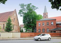 Petrikapelle / Kapelle St. Petrie auf der Dominsel zu Brandenburg an der Havel - im Hintergrund der  Kirchturm vom Brandenburger Dom.