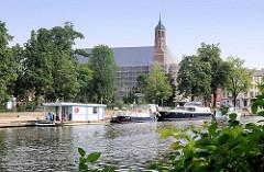 Blick über die Brandenburgische Niederhavel zu den Gastliegeplätzen an der St. Johanniskirche, ehem. Klosterkirche.