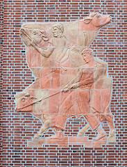 Fassadenschmuck an der Fassade der Alten Rindermarkthalle in Hamburg St. Pauli / Neuer Kamp - Rinder am Strick.
