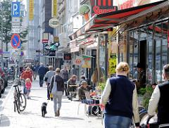 Passanten und Strassencafé im Schulterblatt, Hamburg Sternschanze.
