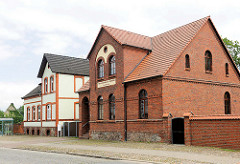 Wohnhäuser, Handwerkerhaus in Pritzwalk - Ziegelarchitetkur und verputzte Fassade.