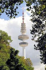 Hamburger Fernsehturm, Heinricht Hertz Turm zwischen den Blättern der Bäume des Schanzenparks im Hamburger Stadtteil Sternschanze.