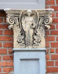 Bauschmuck - Stuckdekor an der Fassade eines Gründerzeitgebäudes in Grabow - Engelfigur.