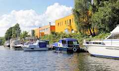 Sportboote, Motorboote liegen am Steg im Billbrookanal - Gewerbeimmobilien, Bürohäuser im Hamburger Stadtteil Billbrook Bezirk Hamburg Mitte.