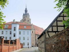 Kirchturm der St. Katharinenkirche von Brandenburg an der Havel - spätgotische Hallenkirche. Alte Ziegelmauer, Fachwerkgebäude.