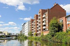 Mehrstöckige Wohnhäuser / Neubauten am Ufer des  Mittelkanals an der Eiffestrasse im Hamburger Stadtteil Hamm.