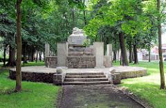 """Denkmal in Pritzwalk Parkstrasse für die im """"Weltkrieg 1914 -1918 gefallenen Helden zum Ehrenden Gedächnis"""" - schlafender Löwe."""