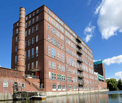 Mehrstöckiges Fabrikgebäude - Backsteingebäude, Industrieschornstein / Schlot am Mittelkanal in Hamburg Hamm.