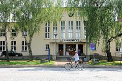 Ehemaliges Empfangsgebäude / Bahnhofsgebäude von Pritzwalk in der Bahnhofsstrasse - jetzt Bistro. Architektur der 1950er Jahre - steht unter Denkmlaschutz.