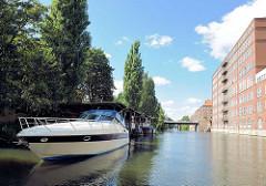 Sportbootliegeplatz am Mittelkanal in Hamburg Hamm - Gewerbearchitektur / Bürogebäude am Kanalufer.