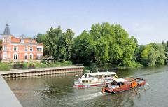 Fahrgastschiff / Sportboot auf der Brandenburger Niederhavel in der Stadt Brandenburg.