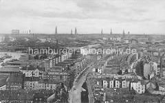 Historische Luftaufnahme / Luftbild von Hamburg Rothenburgsort; lks. ein Ausschnitt vom Haken + die Einfahrt zum Billehafen - dicht stehende Wohnblocks, Wohnbebauung - im Hintergrund die Kirchtürme und das Gaswerk  von Hamburg.