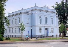 Baustil Neo-Klassizismus; zweigeschossiger Putzbau von 1860 - ehem. Schule in Grabow.