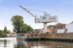 Schüttgutentladung mit einem Kran von einem Binnenschiff am Kai vom Bullenhuser Kanal in Hamburg Rothenbursort.