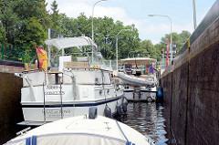 Sportboote, Motorboote in der Schleuse Findenwirunshier bei Neu Kaliß am Elde Müritz Wasserweg.