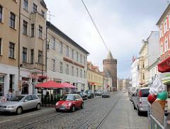 Geschäfte und Wohnhäuser in der Steinstrasse von Brandenburg a. d. Havel; im Hintergrund der historische Steinturm.