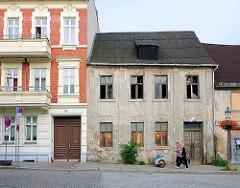 Restauriertes Gründerzeitgebäude; verfallenes, leerstehendes Wohnhaus - alt + neu / Brandenburg an der Havel.