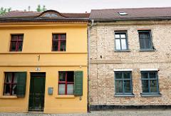 Wohnhäuser in Brandenburg an der Havel - restauriert, farbige Fassade / unrestauriert sichtbare Mauersteine; alt + neu.