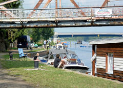 Schiffsliegeplätze, Gastlieger unter der Alte Havelbrücke in Plaue / Brandenburg an der Havel - Stahlfachwerkbrücke, erbaut 1904.