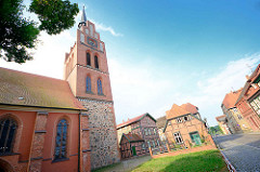 Kirche St. Georg in Grabow - Fachwerkhäuser.