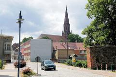 Blick vom Meyenburger Tor zum Kirchturm der Sankt Nikolaikirche von Pritzwalk.