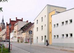 Alte Wohnhäuser - moderner Neubau; Kirchturm der St. Katharinenkirche in Brandenburg an der Havel.