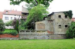 Wohnhäuser und Ruine am Ufer vom Rodanebach  in Pritzwalk.
