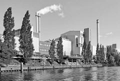 Müllverwertungsanlage Borsigstrasse in Hamburg Billbrook am Tiefstackkanal - Industriearchitektur Schwarz Weiss; Schornsteine mit weissem Rauch / Qualm.