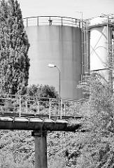 Tanklager am Moorfleeter Kanal in Hamburg Billbrook; Ladebrücke mit Lampe - Schwarz Weiss.