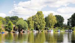 Sportboote an ihren Liegeplätzen an den Schrebergartengrundstücken / Kleingärten an der Bille im Hamburger Stadtteil Hamm.