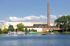 Sportboothafen, Marina in Hamburg Billbrook; Gewerbegebäude - Ziegelschornstein, Fabrikschornstein.