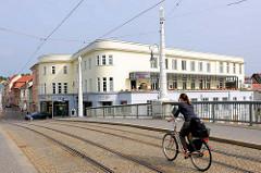 Blick über die sogen. Jahrtausendbrücke in der Stadt Brandenburg - Baujahr 1996 - Gesamtlänge 56,80; am Ufer das Gebäude des Fontane-Klub im Spittaschen Haus / Havelterrassen.