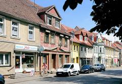 Einstöckige Wohnhäuser mit Läden - restauriert + restaurationsbedürftig; Bilder aus Pritzwalk, Landkreis Prignitz.