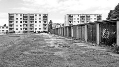 Mehrstöckige Plattenbauten - Garagen; Schwarz-Weiss Motiv aus Pritzwalk, Landkreis Prignitz.