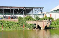 Gewerbegebiet in Hamburg Billbrook, Tidekanal - Schiffsanleger, Brücke aus Beton - Lagerhaus.