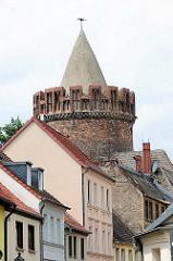 Hausdächer und Spitze des Plauer Torturms in Brandenburg an der Havel, erbaut im 15. Jahrhundert.