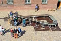 Familienfest beim Museum der Arbeit in Hamburg Barmbek Nord - Kinderrutsche auf Rollen.