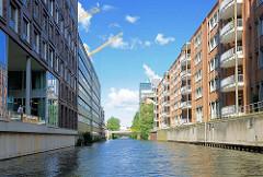 Mehrstöckige Bürohäuser, Bürogebäude beidseitig vom Südkanal im Hamburger Stadtteil Hammerbrook; im Hintergrund die Strassenbrücke vom Heidenkampsweg.