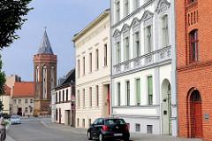 Wohnhäuser am Mühlendamm von Brandenburg a. d. Havel. Im Hintergrund der 1411 errichtete Mühlenturm.