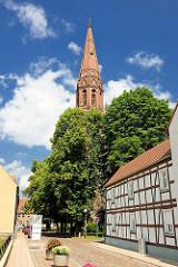 Kirchturm der evangelischen Pfarrkirche Sankt Nikolai in Pritzwalk; Ursprungsbau um 1256 - neugotischer Backstein - Kirchturm von 1882.