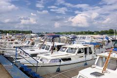 Marina an der Havel in Plaue / Brandenburg a. d. H.; Motorboote am Steg - blauer Himmel, weisse Wolken.