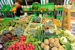 Bio-Wochenmarkt in Hamburg Winterhude - Winterhuder Marktplatz. Gemüsestand; Auslage mit Biogemüse - Gemüse von Bioland.