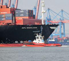 Schiffsbug vom Containerschiff APL MERLION im Hafen Hamburgs - im Hintergrund Containerbrücken vom HHLA Containerterminal Altenwerder CTA.