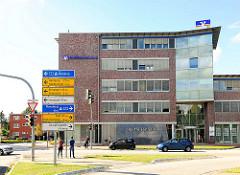 Neubau, Verwaltungsgebäude der Raiffeisenbank an der Hamburger Strasse; Verkehrsschilder.