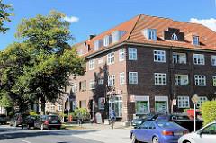 Backsteinarchitektur - mehrstöckige Wohnhäuser, Wohnblocks mit ausgebautem Dach - Geschäfte, Appotheke im Erdgeschoss; Alsterdorfer Strasse / Hamburg Alsterdorf.