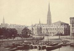 Kleine Alster - Ewer und Lastschiffe; historische Aufnahme ca. 1880 - Blick auf die Börse und die Nikolaikirche - das Rathaus ist noch nicht gebaut.