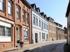 Einstöckige Wohnhäuser unterschiedlicher Baustile - Bilder der Architektur in Lübz, Mecklenburg - Vorpommern.