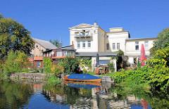 Wohnen am Wasser - Wohnhaus an der Alten Elde in Pachim; Gartengrundstück mit Bootsanleger - Holzkanu.