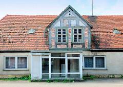 Leerstehendes Wohnhaus mit Fachwerkgiebel und renoviertem Eingang in Neustadt Glewe.