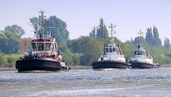 Drei Schlepper / Arbeitsschiffe in Fahrt auf dem Reiherstieg in Hamburg Wilhelmsburg.